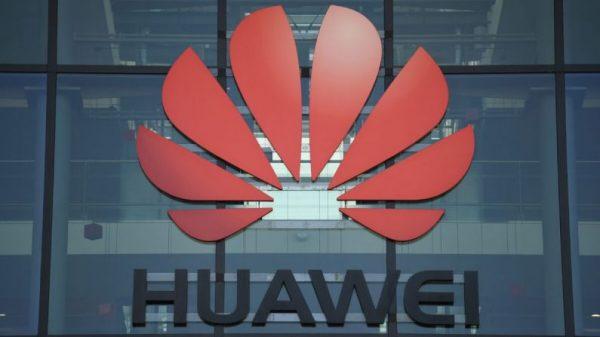 Uma fotografia mostra o logotipo da empresa chinesa Huawei em sua sede no Reino Unido em Reading, oeste de Londres, em 28 de janeiro de 2020 (DANIEL LEAL-OLIVAS / AFP via Getty Images)