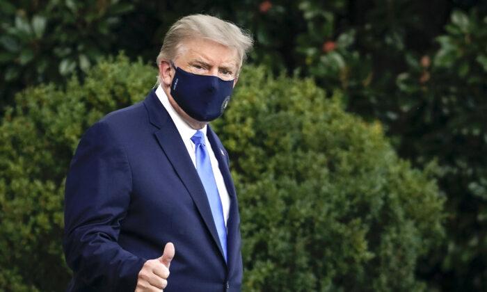 O presidente Donald Trump deixa a Casa Branca rumo ao Centro Médico Militar Nacional Walter Reed no gramado sul da Casa Branca em Washington, em 2 de outubro de 2020 (Drew Angerer / Getty Images)
