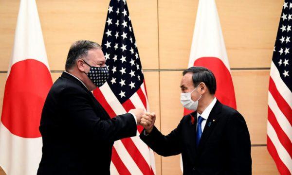 O primeiro-ministro japonês Yoshihide Suga (à direita) e o secretário de Estado dos EUA, Mike Pompeo (à esquerda), batem os punhos ao se encontrarem no escritório do primeiro-ministro em Tóquio em 6 de outubro de 2020 (Charly Triballeau / POOL / AFP via Getty Images)