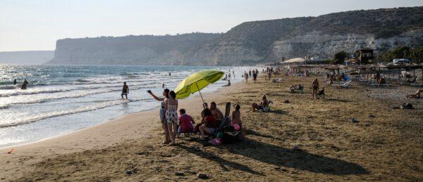 Turistas posam juntos para uma foto na praia mediterrânea de Kourion ao longo da Baía de Episkopi, a oeste de Limassol, no sudoeste de Chipre, em 25 de agosto de 2020 (AMIR MAKAR / AFP via Getty Images)