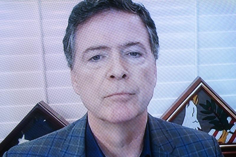 O ex-diretor do Federal Bureau of Investigation James Comey fala por meio de um monitor de televisão durante uma audiência no Capitólio, em Washington, em 30 de setembro de 2020 (Stefani Reynolds / Pool / Getty Images)