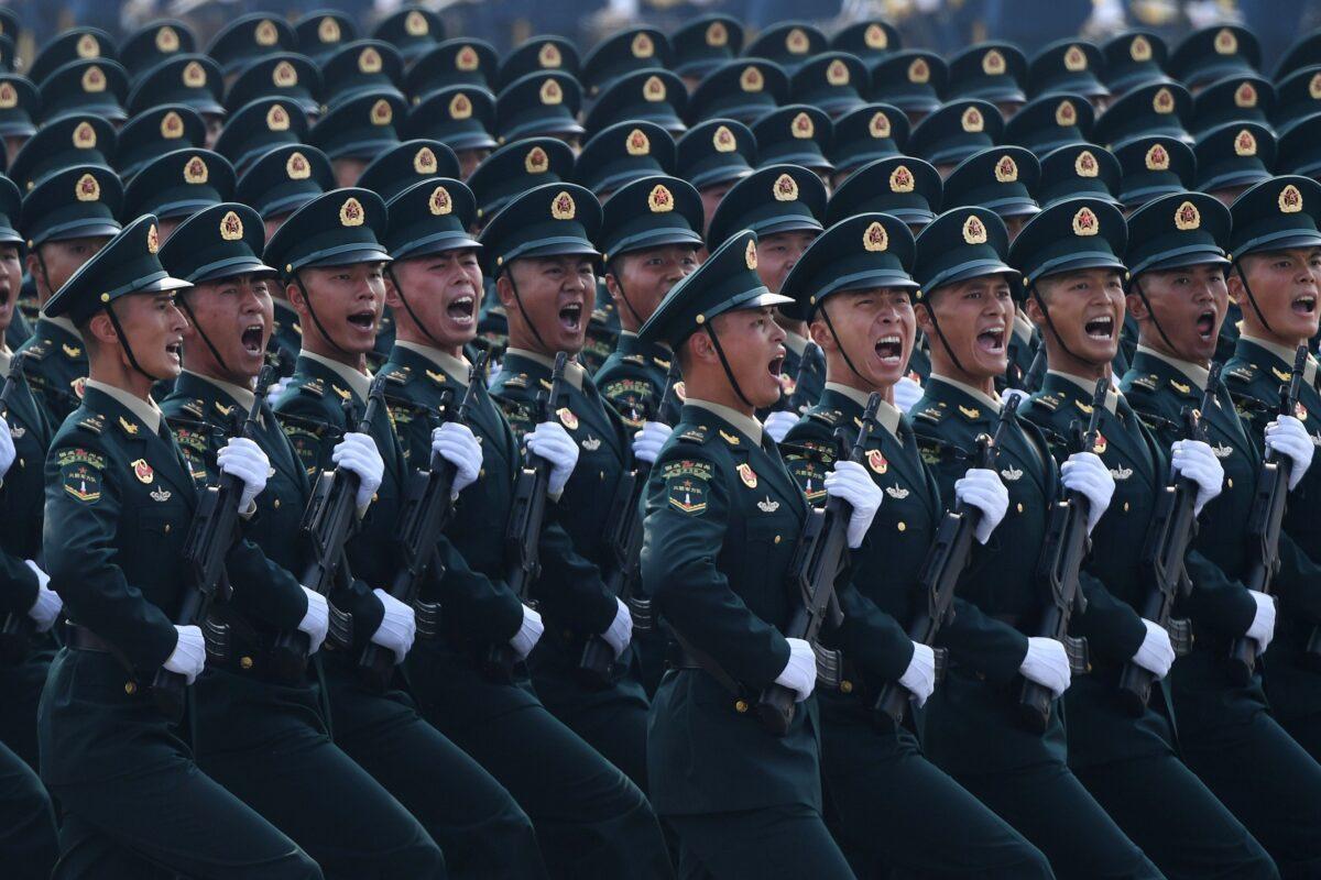 Tropas chinesas marcham durante um desfile militar na Praça Tiananmen, em Pequim, em 1º de outubro de 2019 (Greg Baker / AFP via Getty Images)