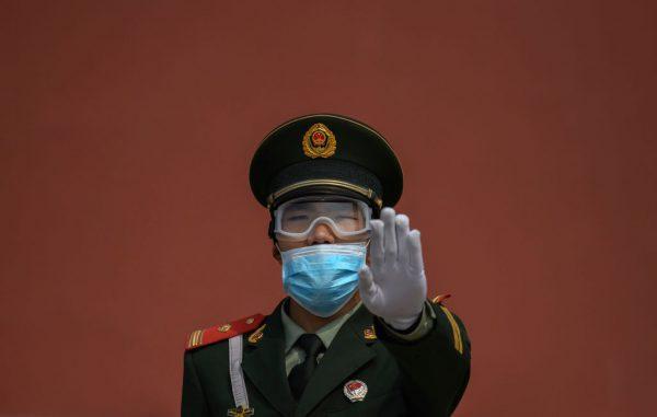 Um policial paramilitar monta guarda em Pequim em 1º de maio de 2020 (Kevin Frayer / Getty Images)