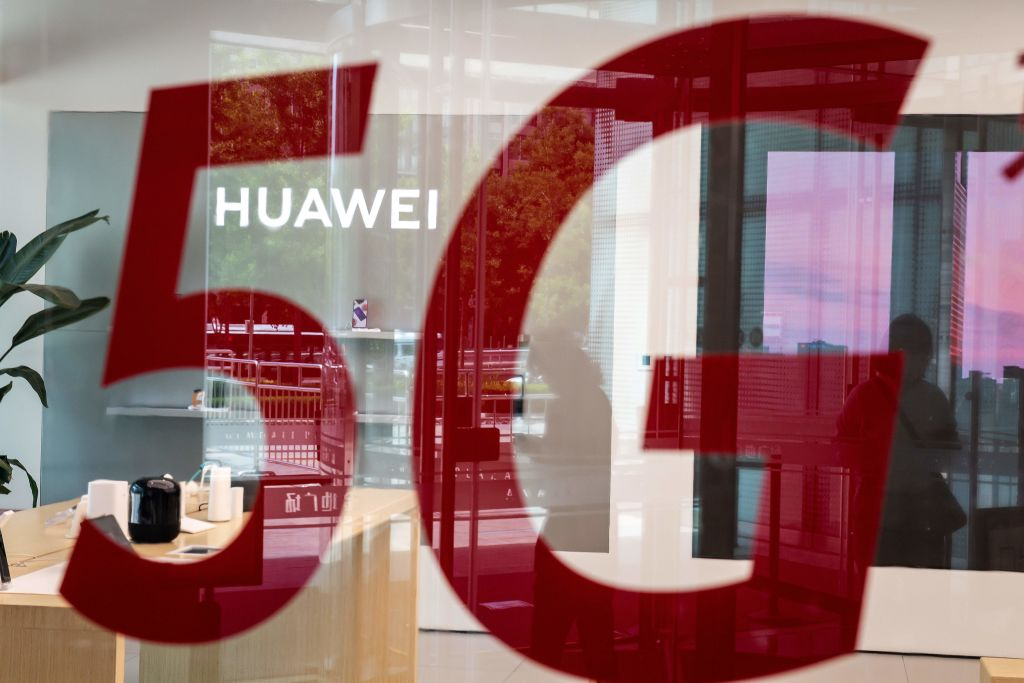 Uma loja da gigante chinesa de telecomunicações Huawei em Pequim em 25 de maio de 2020 (NICOLAS ASFOURI / AFP via Getty Images)