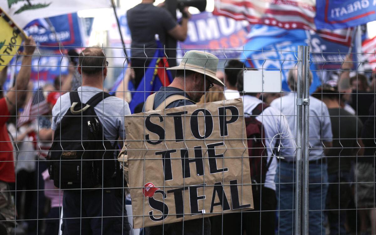 """Apoiadores do presidente Donald Trump manifestam-se em uma manifestação """"Stop the Steal"""" fora do escritório do Departamento de Eleições do condado de Maricopa em Phoenix, Arizona, em 7 de novembro de 2020 (Mario Tama / Getty Images)"""