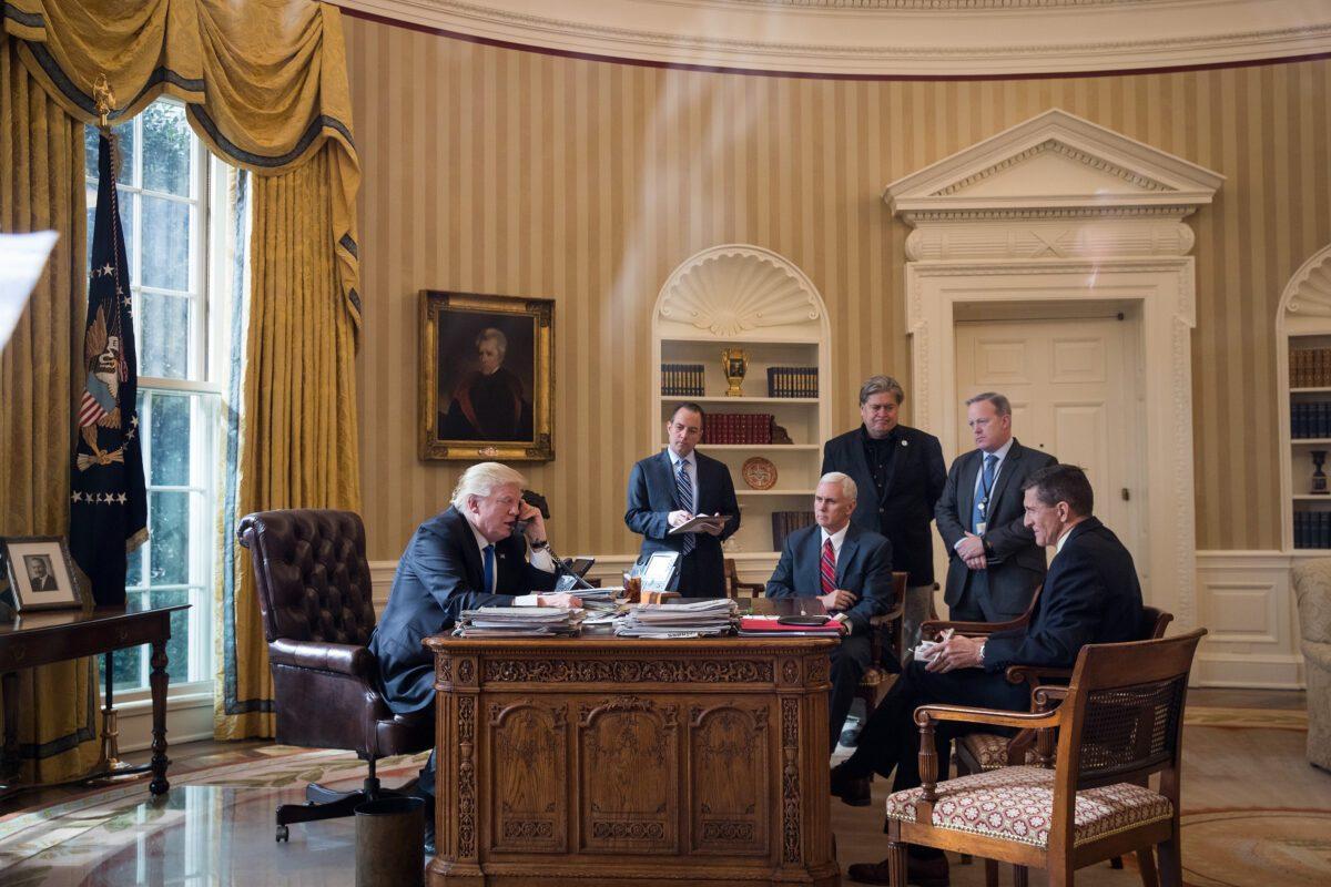 O presidente Donald Trump fala por telefone com o presidente russo Vladimir Putin no Salão Oval da Casa Branca em 28 de janeiro de 2017 (Drew Angerer / Getty Images)