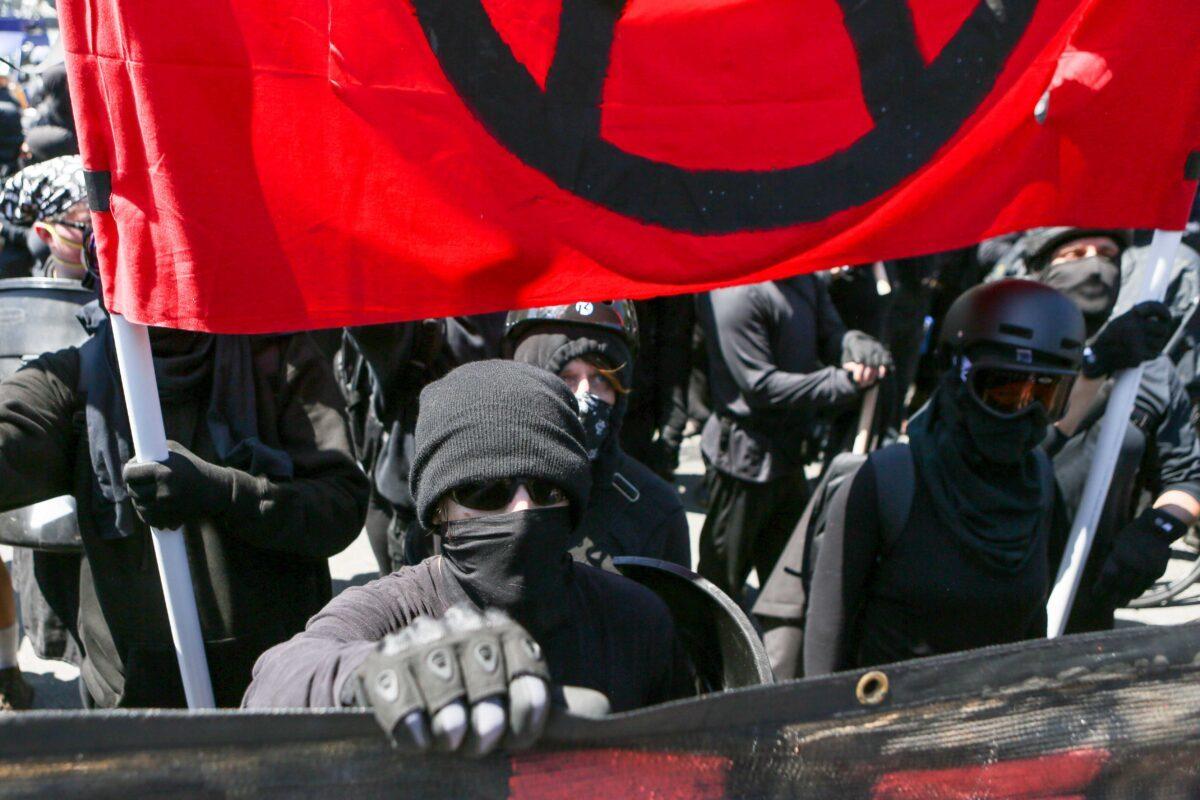 Extremistas da Antifa em Berkeley, Califórnia, em 27 de agosto de 2017 (Amy Osborne / AFP via Getty Images)