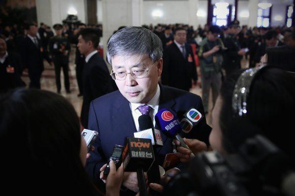 Guo Shuqing, presidente da Comissão Reguladora de Bancos da China, responde a perguntas da mídia em Pequim em 8 de março de 2015, então como chefe do regulador de valores mobiliários do país (Feng Li / Getty Images)
