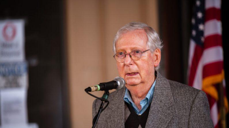 O líder da maioria no Senado dos Estados Unidos, Mitch McConnell (R-Ky.), Fala à imprensa e a apoiadores durante um evento eleitoral em Lawrenceburg, Ky., Em 28 de outubro de 2020 (Jon Cherry / Getty Images)