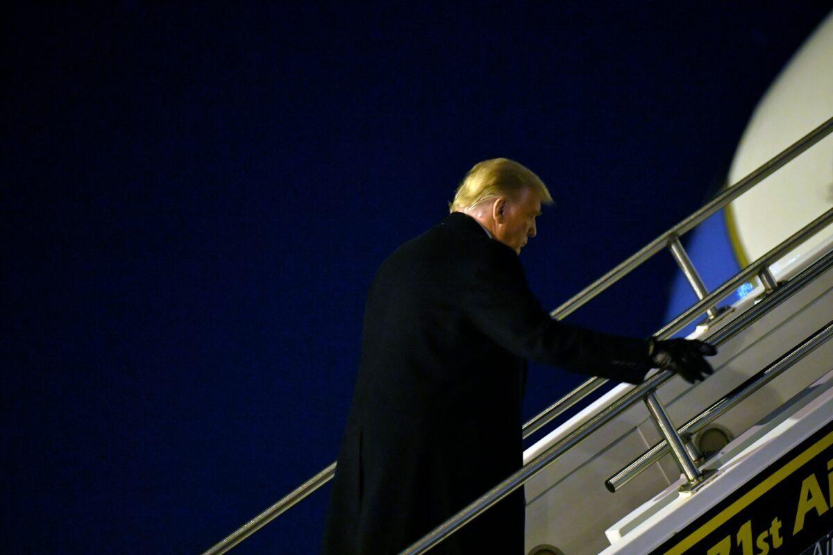 O presidente Donald Trump embarca no Força Aérea Um em Butler, Pensilvânia, em 31 de outubro de 2020 (Mandel Ngan / AFP via Getty Images)