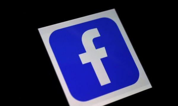 Um logotipo do aplicativo do Facebook em um smartphone (Olivier Douliery / AFP via Getty Images)