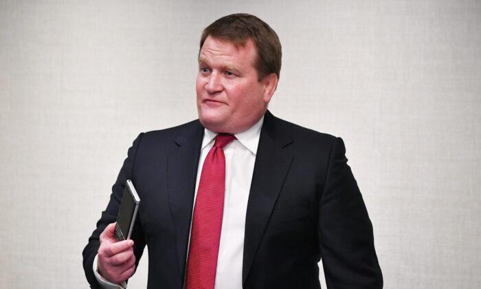Tony Bobulinski, que afirma ter sido um parceiro de Hunter Biden, fala a repórteres em um hotel em Nashville, Tennessee, antes do último debate presidencial em 22 de outubro de 2020 (Mandel Ngan / AFP via Getty Images)
