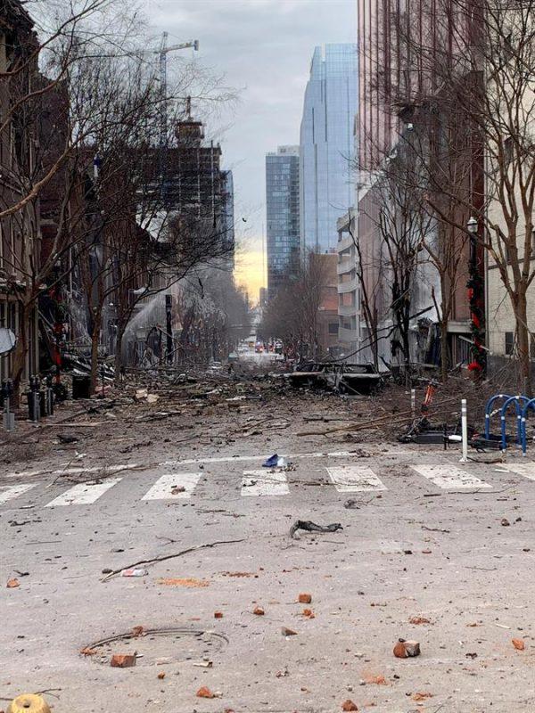 Uma foto, disponibilizada pelo Corpo de Bombeiros de Nashville, mostra os danos de uma explosão que as autoridades acreditam ter sido um ato intencional em Nashville, Tennessee, EUA, em 25 de dezembro de 2020 (EFE / EPA / NASHVILLE FIRE DEPARTAMENT)