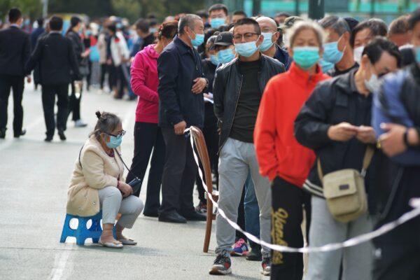 Moradores aguardam teste para COVID-19 em Qingdao, província de Shandong, leste da China, em 12 de outubro de 2020 (STR / AFP via Getty Images)
