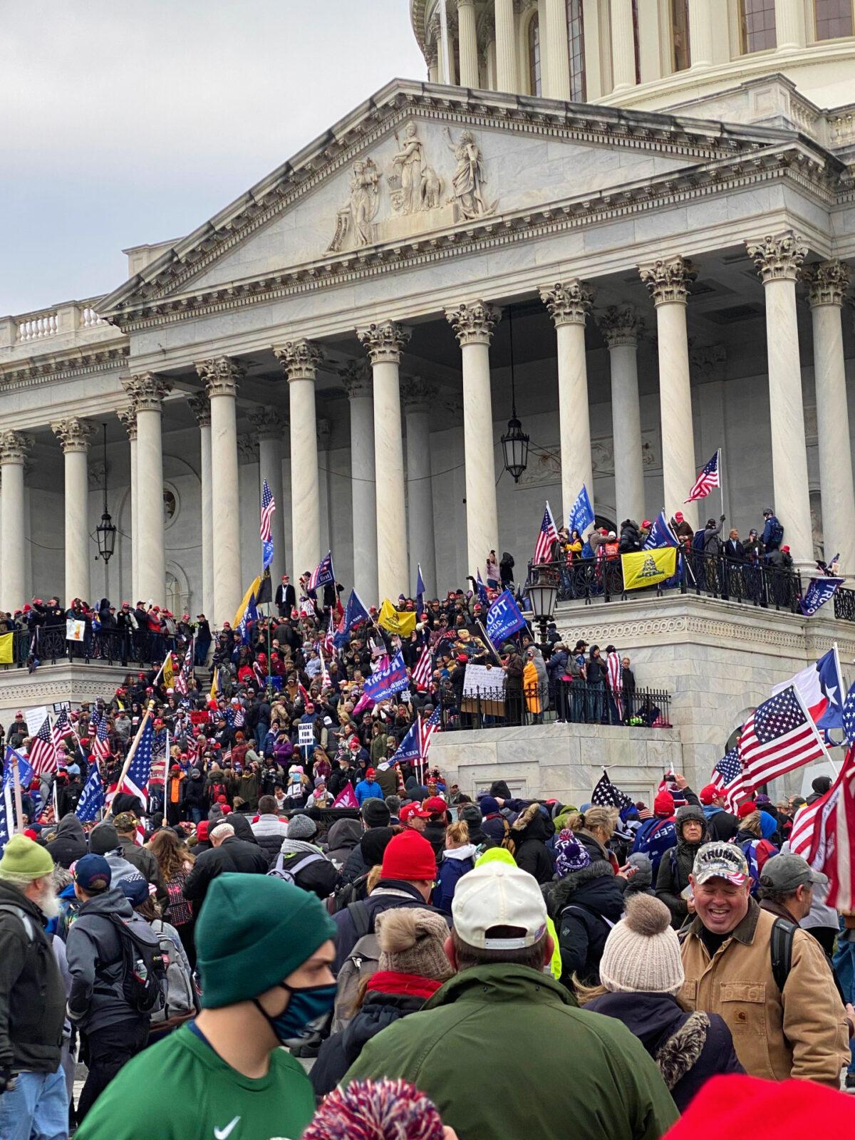 Manifestantes se reúnem nas escadarias do Capitólio dos Estados Unidos em Washington em 6 de janeiro de 2021 (Cortesia de Mark Simon)