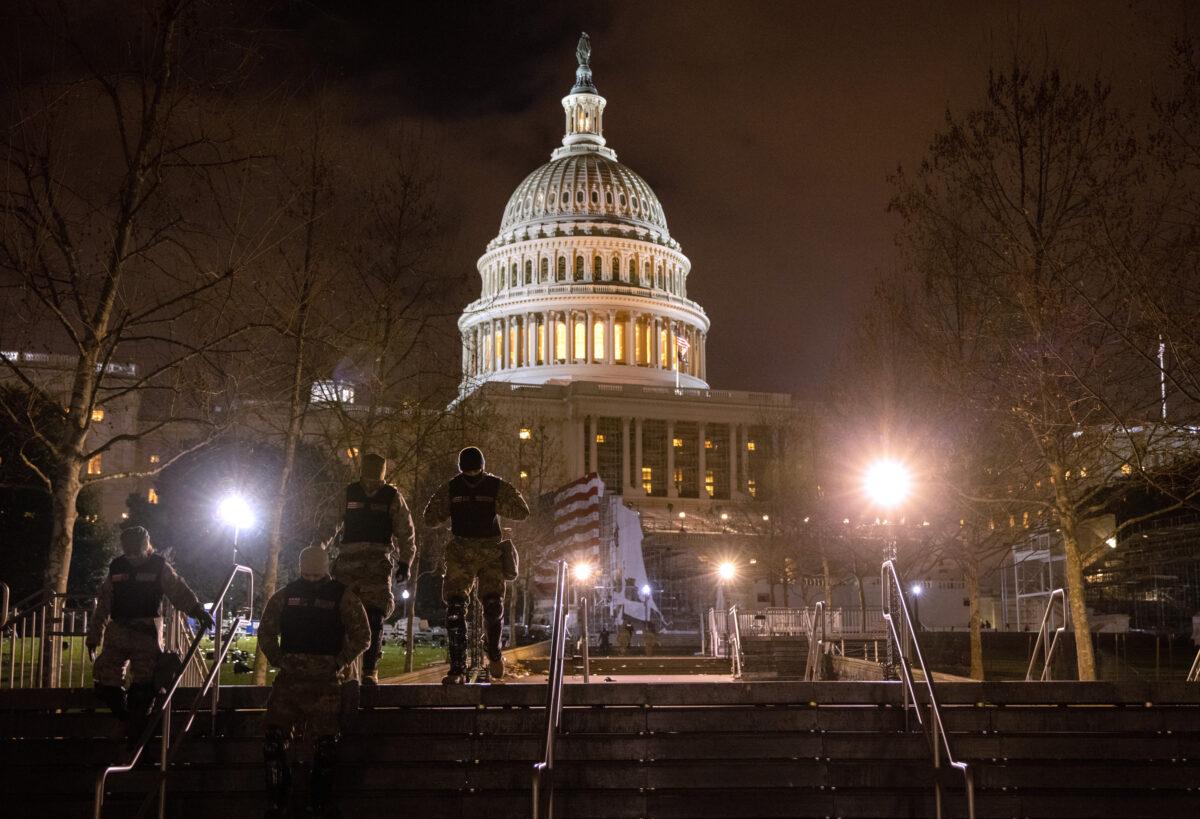 Tropas da Guarda Nacional atravessam o Capitólio dos Estados Unidos em Washington, 6 de janeiro de 2021 (John Moore / Getty Images)