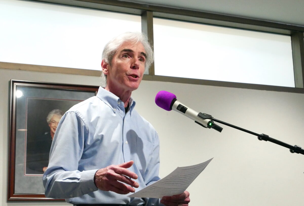 Jim Giragosian, um praticante do Falun Gong, fala em uma reunião do Conselho de Supervisores do Condado de Prince William em Woodbridge, Va., Em 16 de fevereiro de 2021. (Sherry Dong / The Epoch Times)