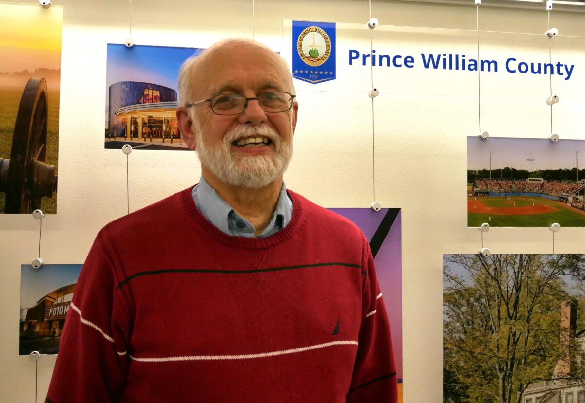 George Dodge, um coronel aposentado do exército dos EUA, no prédio do governo do condado de Prince William em Woodbridge, Va., Em 16 de fevereiro de 2021 (Sherry Dong / The Epoch Times)