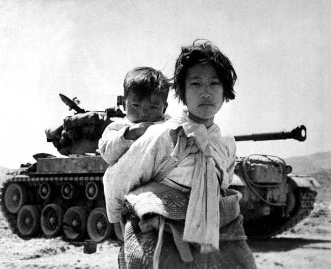 Uma menina coreana e seu irmão fotografados durante a fuga do avanço das forças comunistas durante a Guerra da Coreia (Maj. R.V. Spencer / Marinha dos EUA)