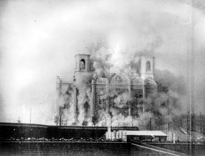Nesta foto de 1931, a Igreja de Cristo Salvador em Moscou é demolida para dar lugar ao Palácio dos Soviéticos, um arranha-céu que nunca foi concluído. A igreja foi reconstruída após o colapso da União Soviética (Domínio público)
