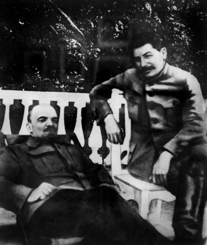 Os líderes soviéticos Vladimir Lenin e Joseph Stalin em 1922. Entre eles estão as mortes não naturais de cerca de 30 milhões de pessoas (AFP/Getty Images)