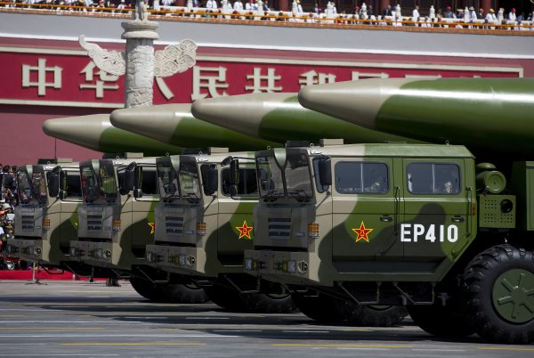 Veículos militares carregando mísseis balísticos DF-26 passam pelo Portão da Paz Celestial durante um desfile militar em 3 de setembro de 2015, em Pequim (Andy Wong - Pool / Getty Images)