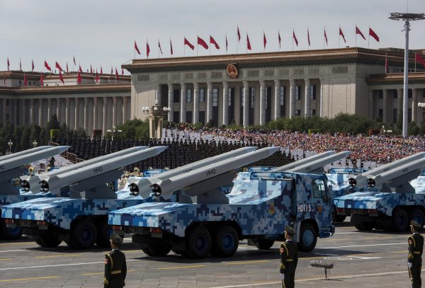 Mísseis chineses são vistos em caminhões enquanto dirigem ao lado da Praça Tiananmen e do Grande Salão do Povo durante um desfile militar em 3 de setembro de 2015 em Pequim, China (Kevin Frayer / Getty Images)