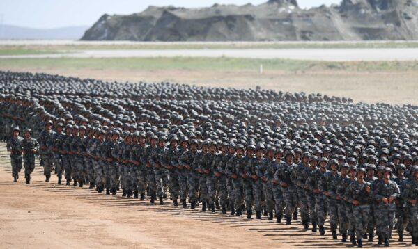 Soldados chineses marcham em um desfile militar na base de treinamento de Zhurihe, na região da Mongólia Interior, no norte da China, em 30 de julho de 2017 (STR / AFP via Getty Image)