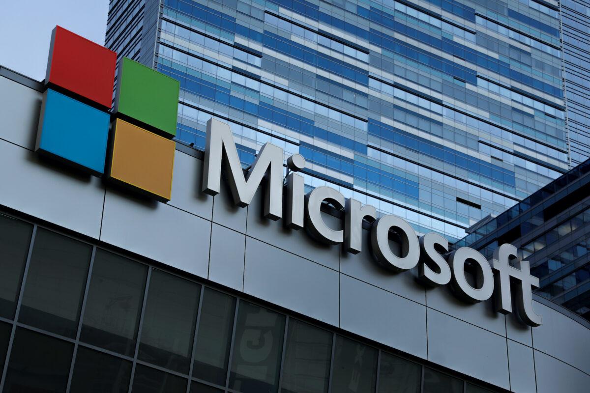 O símbolo da Microsoft é mostrado no topo do Microsoft Theatre em Los Angeles, Califórnia, em 19 de outubro de 2018 (Mike Blake / Arquivo / AP)