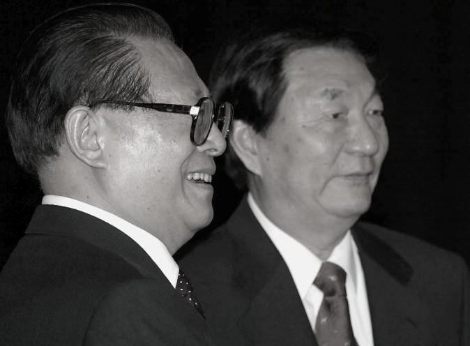 O presidente chinês, Jiang Zemin (E) junto com o premiê Zhu Rongji durante uma cerimônia de partida no Grande Salão do Povo em Pequim, em 3 de junho de 2002. (Goh Chai Hin/AFP/Getty Images)
