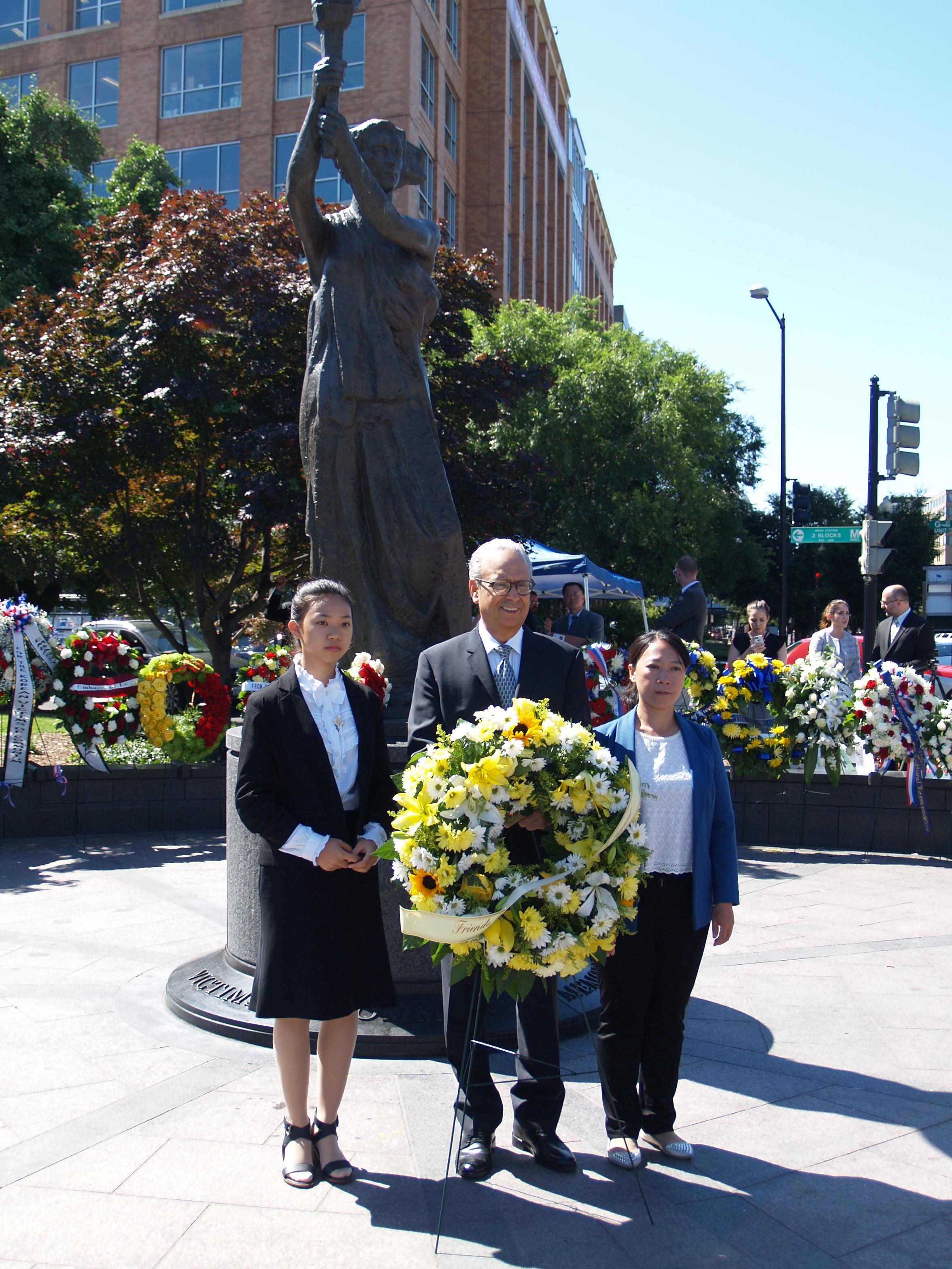 Xu Xinyang (esquerda), Alan Adler e Chi Lihua apresentam uma coroa de flores em memória das vítimas do comunismo na décima cerimônia anual da Medalha da Liberdade Truman-Reagan e da Lista de Chamada das Nações, em 9 de junho em Washington, D.C. Adler é o diretor executivo do Friends of Falun Gong, Xu e Li são praticantes do Falun Gong que sofreram perseguição na China por suas crenças (Kitty Wang/NTDTV)