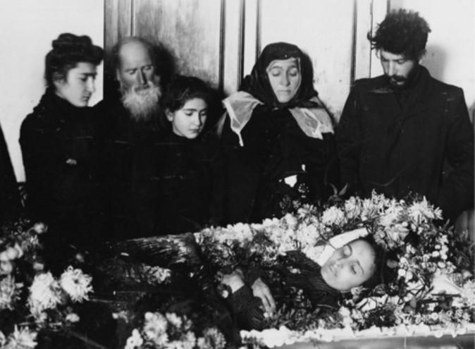 Um perturbado Stalin (à direita) no funeral de sua primeira esposa Kato Svanidze (Domínio público)