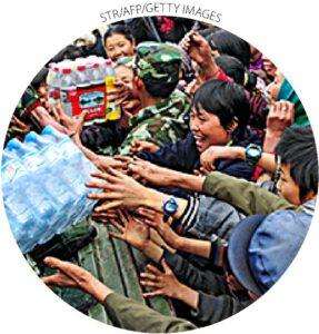 Aldeões chineses coletam água engarrafada em Qinglong, província chinesa de Yunnan, em 4 de abril de 2010.