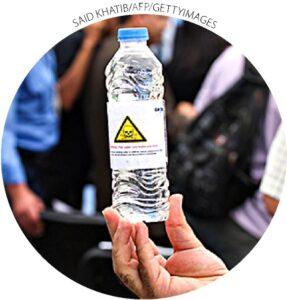 Um homem com uma garrafa de água da Faixa de Gaza imprópria para beber na Cidade de Gaza em 14 de junho de 2012.