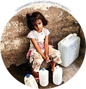 Uma menina descansa após obter água de torneiras públicas em Sanaa, Iêmen, em 20 de junho de 2011. Um estudo da Universidade de Sanaa relata que 70 a 80% dos conflitos nas áreas rurais estão relacionados à água.