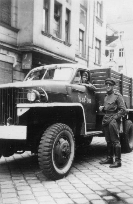Um caminhão Studebaker de 2 toneladas produzido nos EUA, aqui retratado no serviço soviético em Berlim em maio de 1945. Milhares de veículos enviados à União Soviética através do programa Lend-Lease ajudaram Stalin em sua conquista da Europa Oriental (Bundesarchiv, Bild 204-018 / CC-BY-SA 3.0)