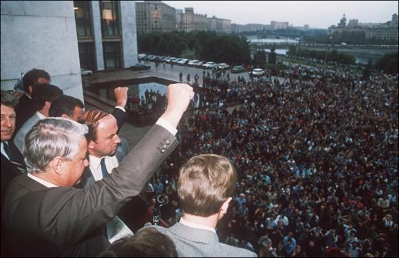Um desafiador presidente russo Boris Yeltsin (E) fecha o punho para seus apoiadores do prédio da Federação Russa em 19 de agosto de 1991 em Moscou, convocando-os para uma greve geral e para resistir ao golpe pró-comunista contra o presidente soviético Gorbachev(Dima Tanin/AFP/Getty Images)
