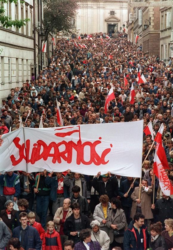 Centenas de pessoas protestam nas ruas de Varsóvia durante um comício de 1º de maio organizado pelo Sindicato Solidariedade em 01 de maio de 1989 (DRUSZCZ WOJTEIC/AFP/Getty Images)