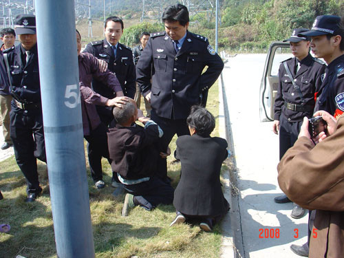 """Uma foto de 5 de março de 2008, mostrando policiais urbanos chineses, conhecidos como """"chengguan"""", em ação contra civis (Sina Weibo)"""