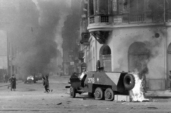 Um veículo blindado queima nas ruas da Hungria durante a revolta de 1956 contra o comunismo (Házy Zsolt via Wikimedia Commons)