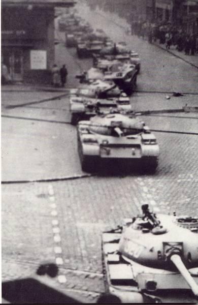 Os tanques soviéticos entram em Budapeste em 1956 para retomar a Hungria (Domínio público por meio da Federação Húngara Americana)