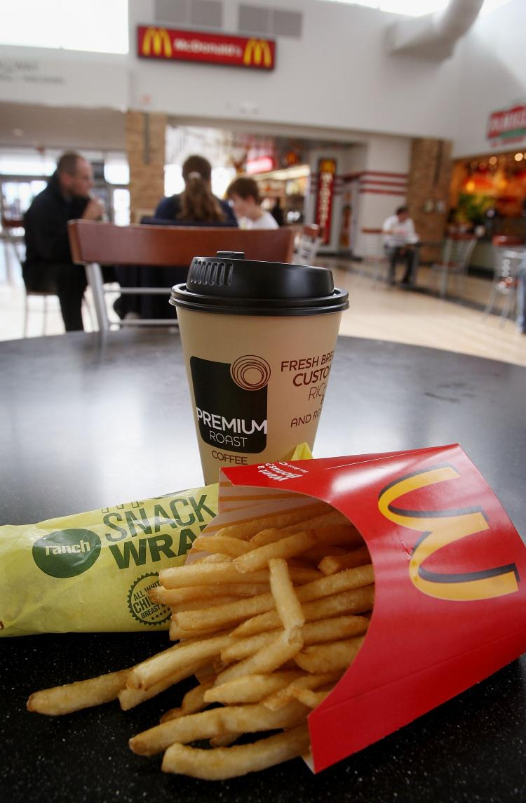 Clientes comem num restaurante do McDonald (Scott Olson/Getty Images)