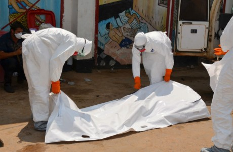 A OMS acredita que, até o final do ano, o número de infectados pelo vírus do ebola alcance 20 mil (Zoom Dosso/AFP/Getty Images)