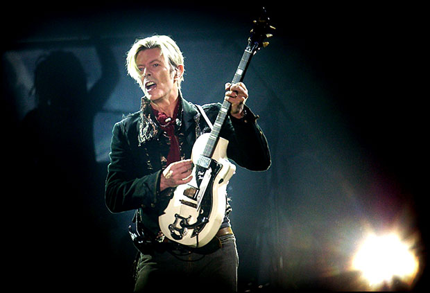 "David Bowie no Fórum, em Copenhagen, em 07 de outubro de 2003, durante o ""A Reality Tour"" (Nils Meilvang / AFP / Getty Images)"